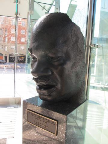 Busto de bronce de Dr. Martin Luther King, Jr. en el vestíbulo de King Library