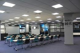 面向投影儀板的4行書桌,每排8個椅子