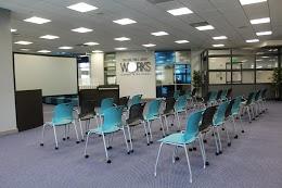 3行,每排10張椅子,面向投影板