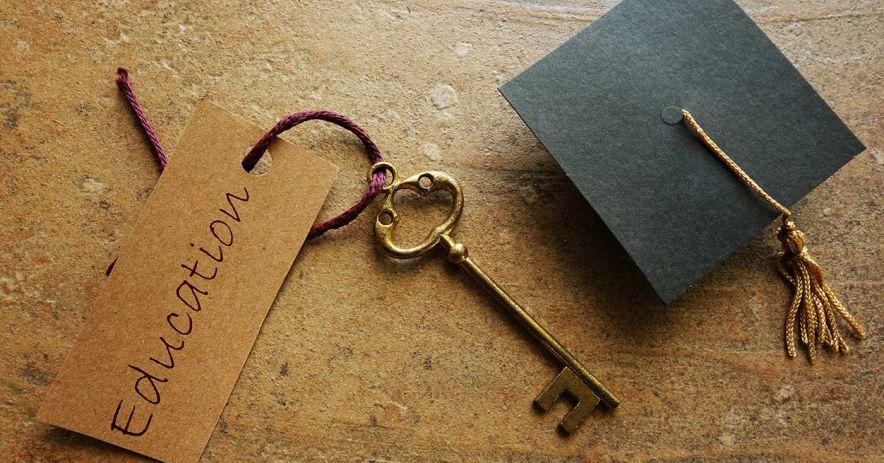 帶有教育標籤的鑰匙旁邊有一個小畢業帽。