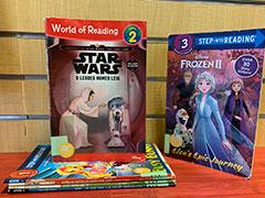 Pila de libros fáciles de leer con un título de Star Wars y Frozen hacia afuera.