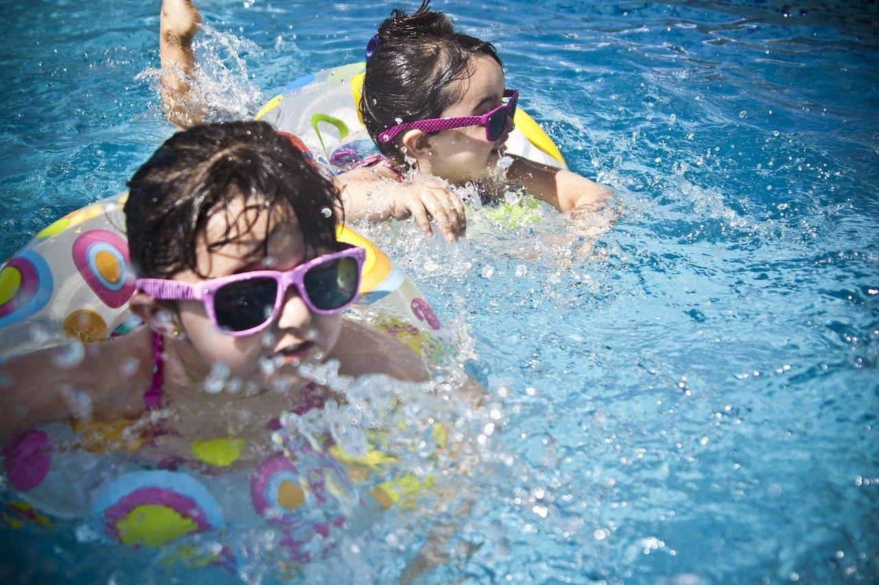 Dos chicas nadando en una piscina