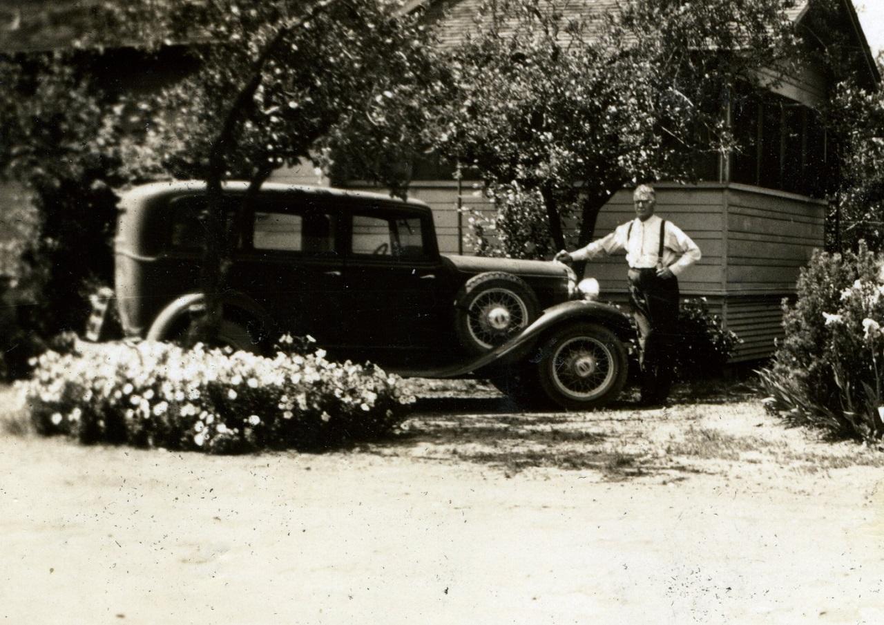 Imagen: William C. Allen posa con la mano en el adorno del capó de su Plymouth de 1933. Colección de Ralph Pearce