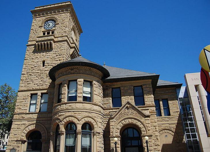 Foto: Exterior del antiguo edificio de correos, 2009. La torre del reloj es la misma que en la foto de 1935. Publicado en Wikimedia Commons.