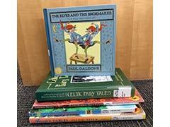 pila de libros de cuentos populares y de hadas
