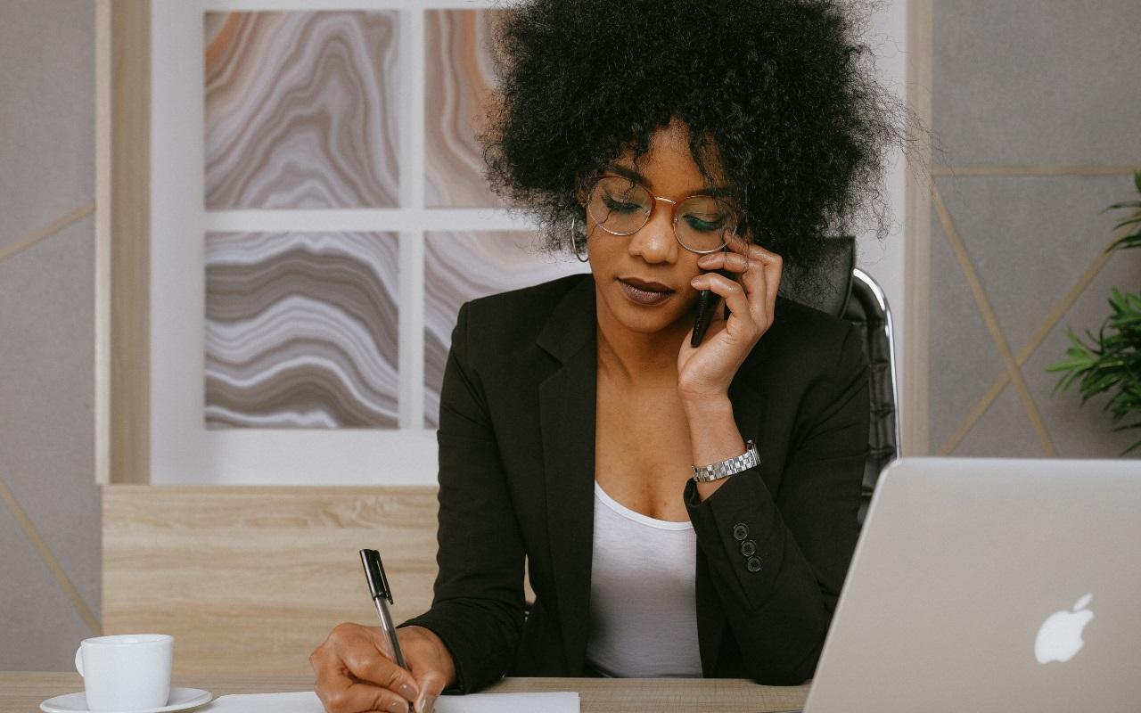 Persona de negocios escribiendo una nota