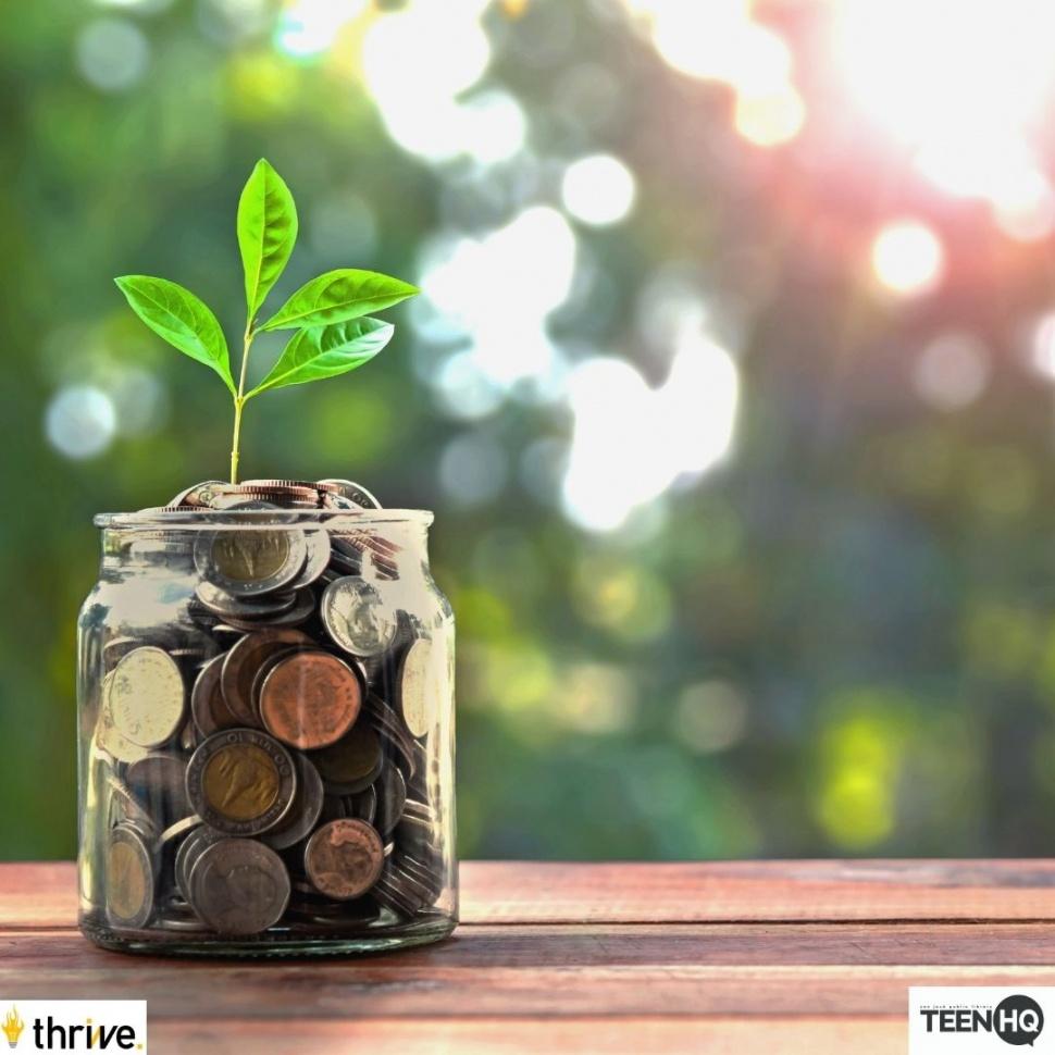 Un tarro de monedas creciendo una planta.