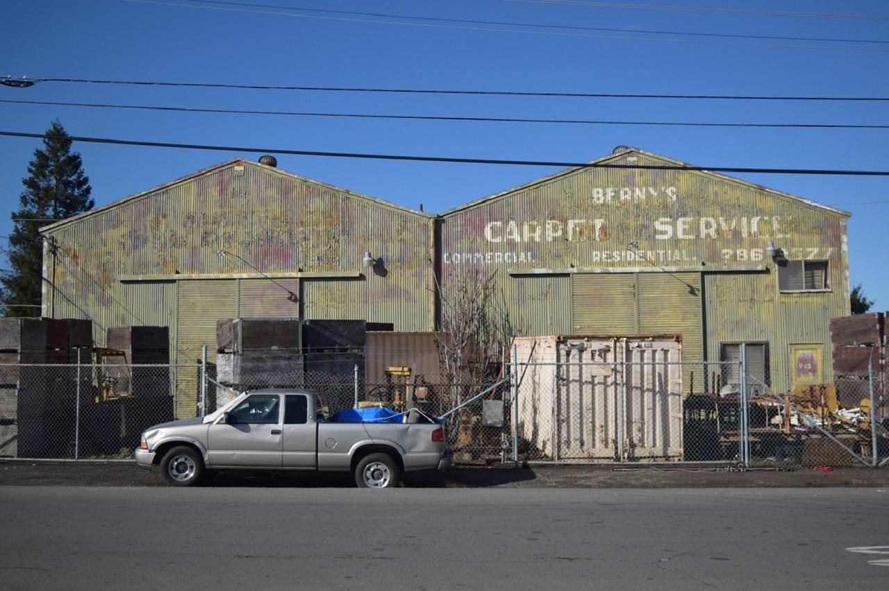 Imagen: Los edificios del almacén delantero que se encuentran en 995 Lonus Street. Fotografía © Ralph M. Pearce