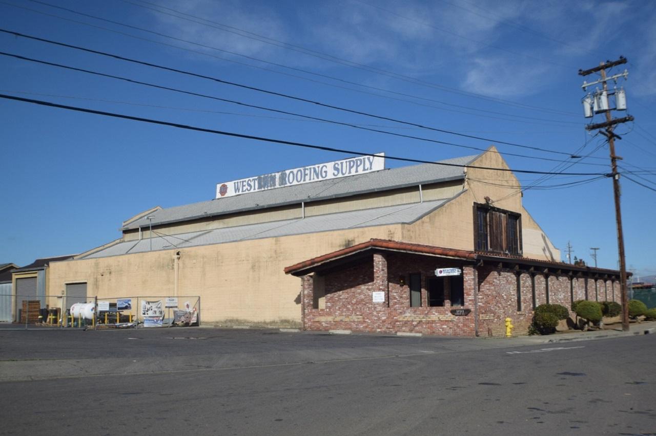 Imagen: Edificio Western Roofing Supply en 991 Lonus Street. Fotografía © Ralph M. Pearce