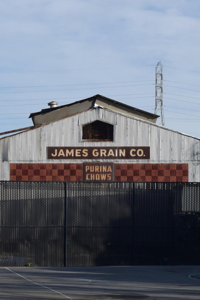 Imagen: Señalización en la parte trasera del almacén de James Grain. Fotografía © Ralph M. Pearce