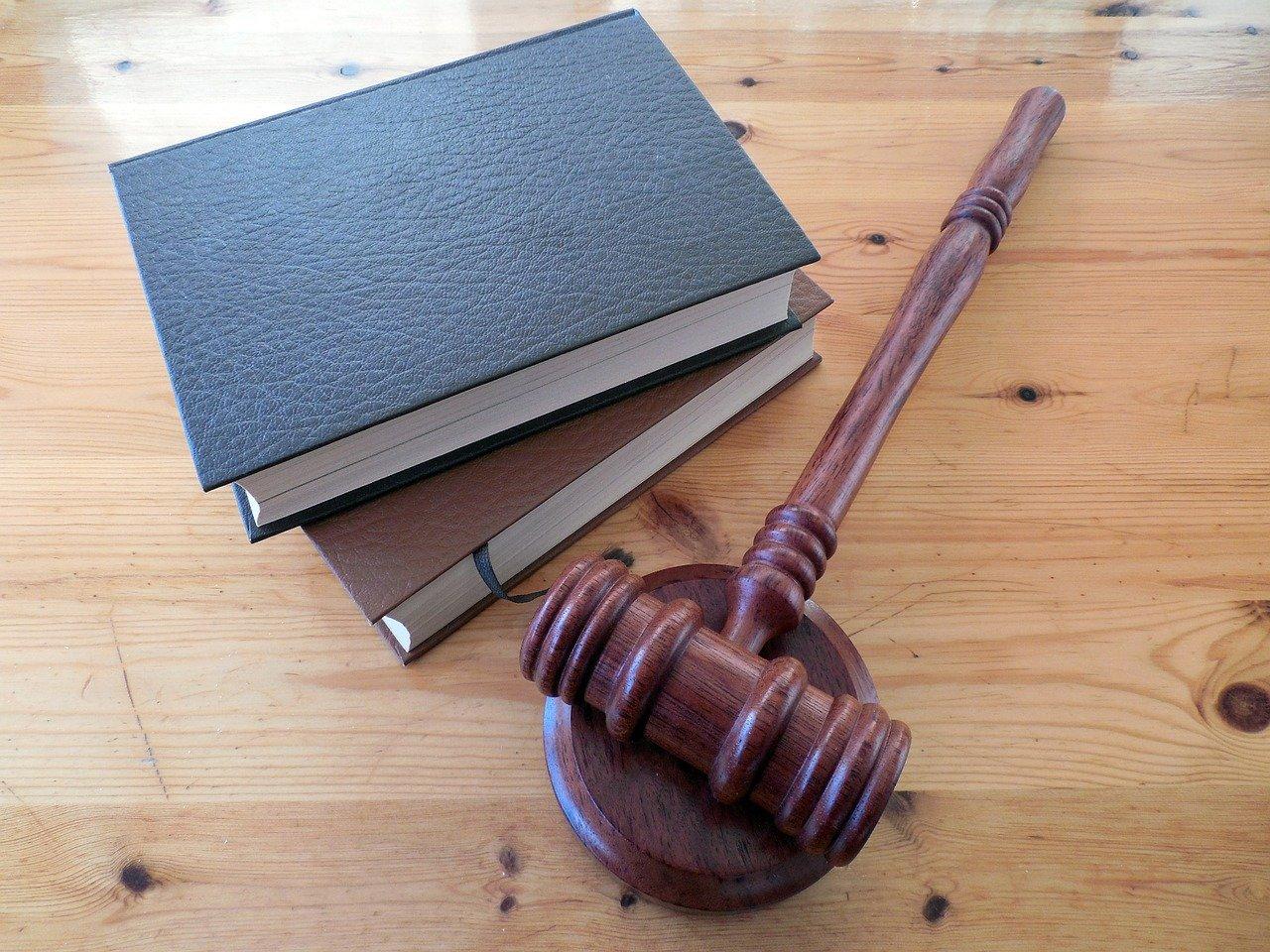 Sách luật và búa.