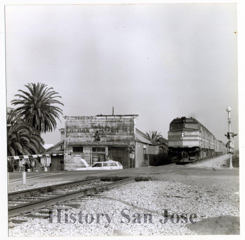 Imagen: Un tren de Amtrak pasa por el Laine Store en la década de 1980. Foto cortesía de History San José.