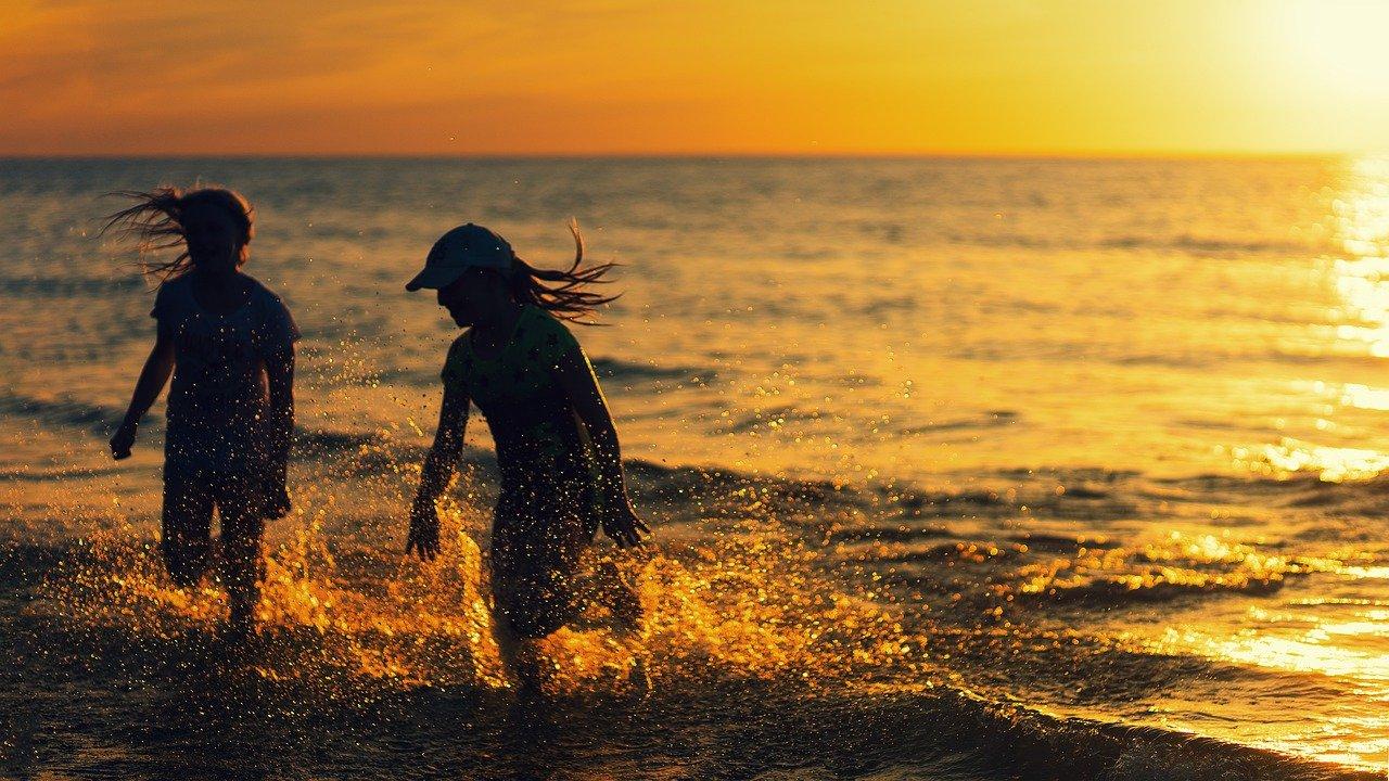 Imagen de gente jugando en las olas.