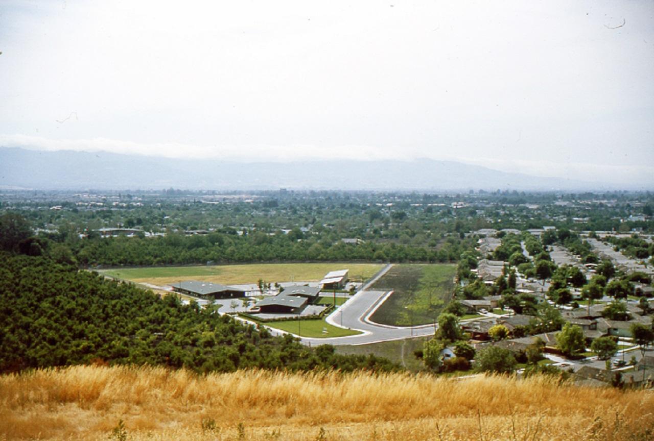 Imagen: La escuela primaria Canoas recién construida c.1961. Los huertos restantes a la izquierda pertenecían a Valley View Packing y permanecieron hasta finales de la década de 1990. Foto de Burt Corsen
