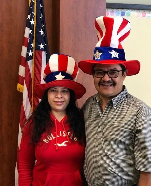 Nuevos ciudadanos estadounidenses en la biblioteca