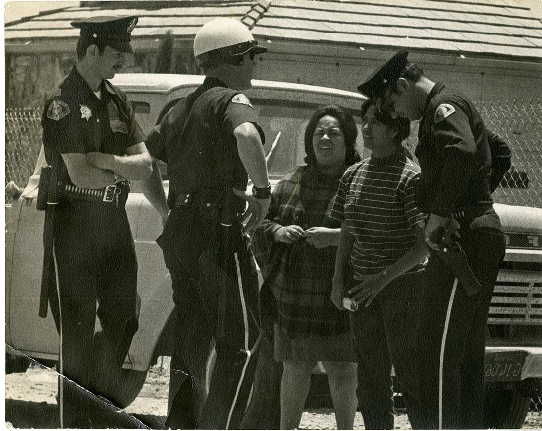 Sofia Mendoza hablando con la policía.