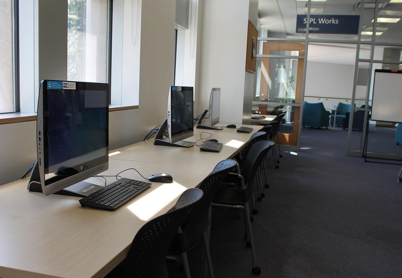 Tres computadoras de escritorio disponibles para su uso en SJPL Works