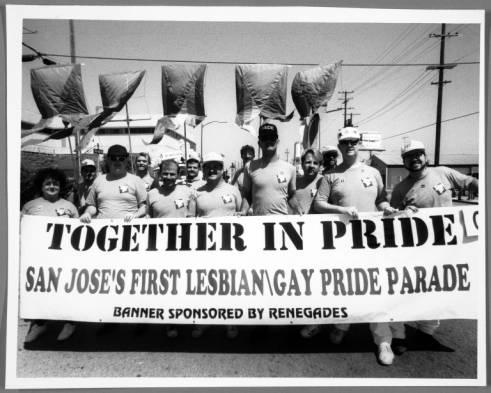 un grupo de personas sosteniendo una pancarta que dice, juntas con orgullo, el primer desfile de orgullo gay / gay de san jose