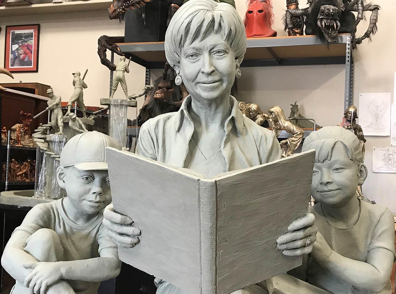 粘土模型用於鑄造紀念帕特·丹多的最終青銅雕塑。