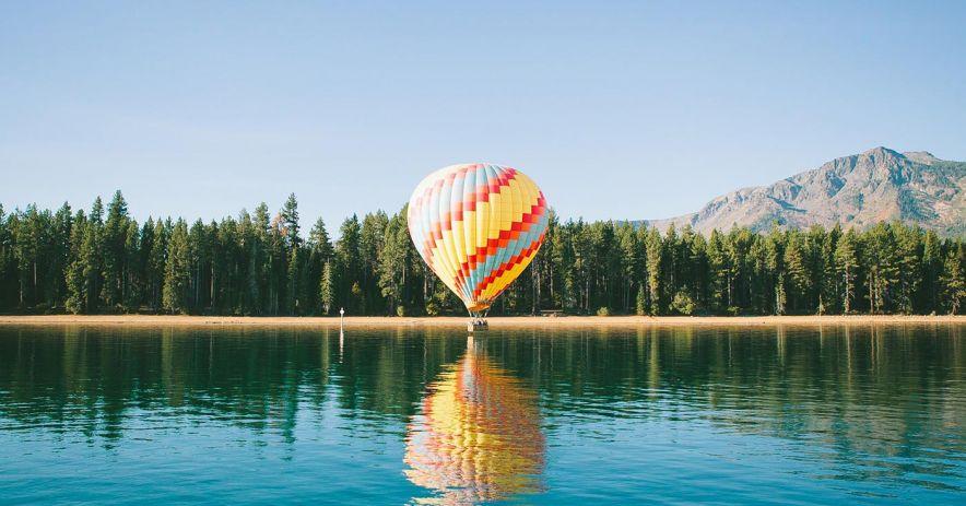 globo aerostático a orillas del lago