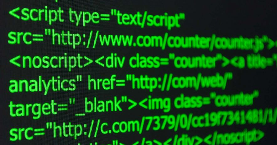 Cận cảnh mã html màu xanh lá cây trên màn hình