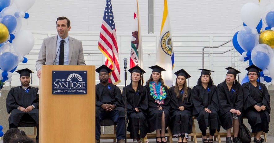 Alcalde Sam Liccardo y graduados del programa