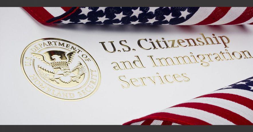 Documento de ciudadanía e inmigración de EE. UU. Con sello dorado de Seguridad Nacional.