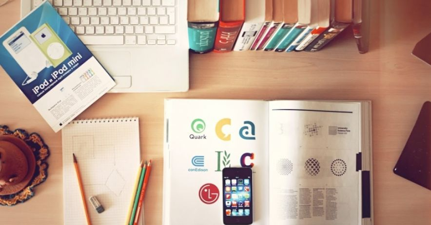 桌面上的書籍和論文