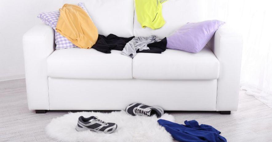 白色雙人沙發,衣服和鞋子雜亂無章