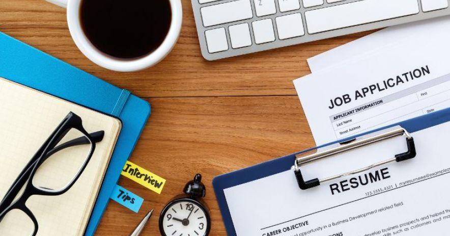 Tìm kiếm việc làm với sơ yếu lý lịch, ứng dụng, đồng hồ, bàn phím và cà phê