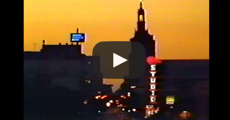 來自歷史視頻的屏幕截圖,顯示了日落時的聖何塞天際線。 YouTube播放按鈕會強加在視頻上。