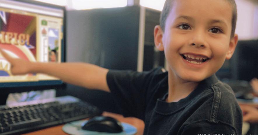 在計算機上的男孩
