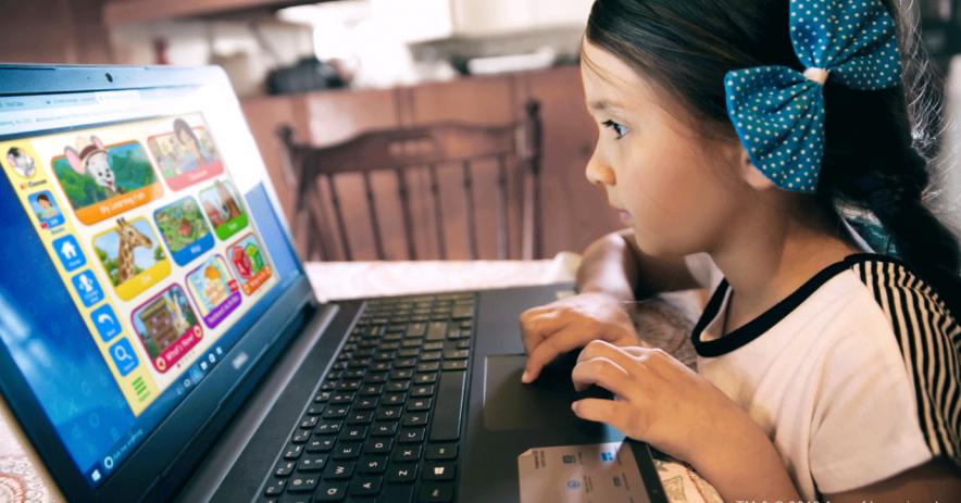 cô gái ở máy tính