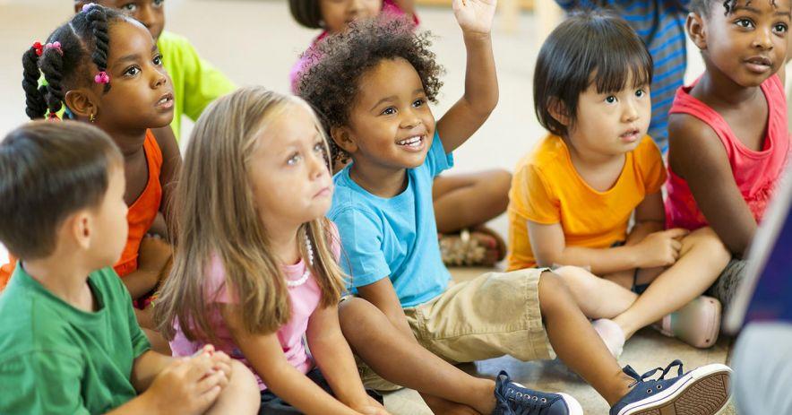 孩子們在故事時間聽