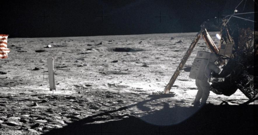 Neil Armstrong en la superficie lunar