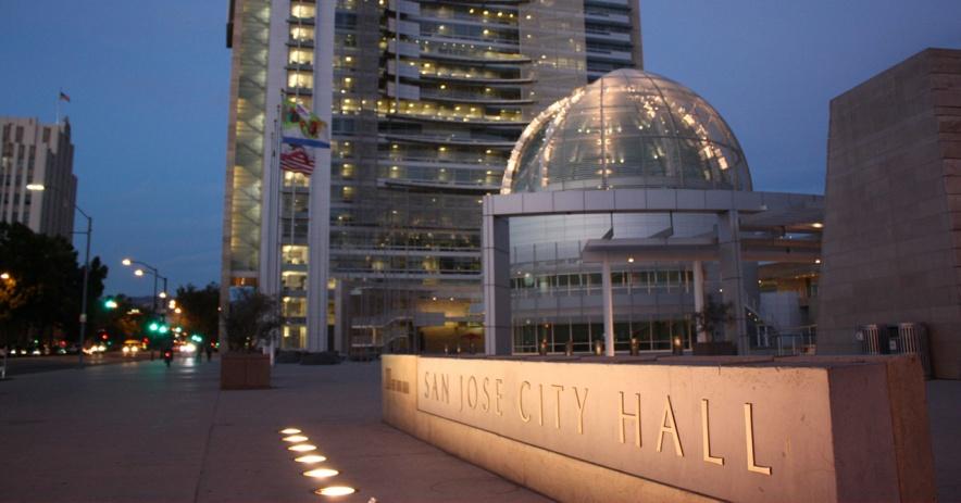 El ayuntamiento de San José se ilumina por la noche.