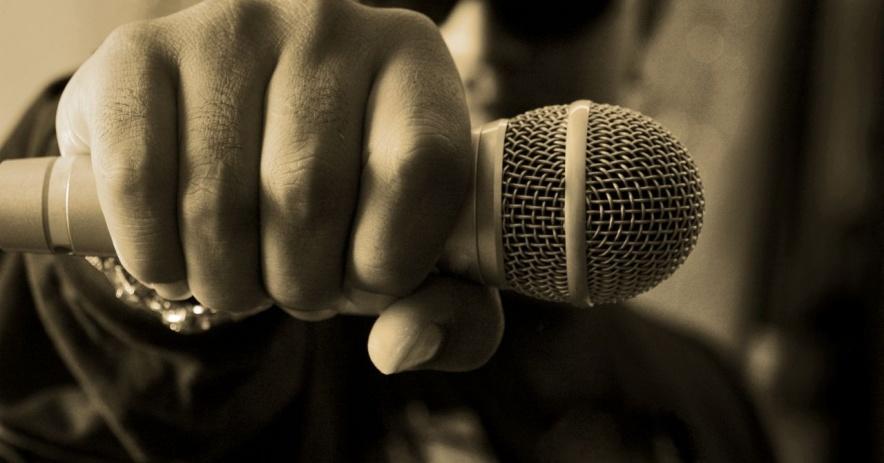 hombre que sostiene un micrófono