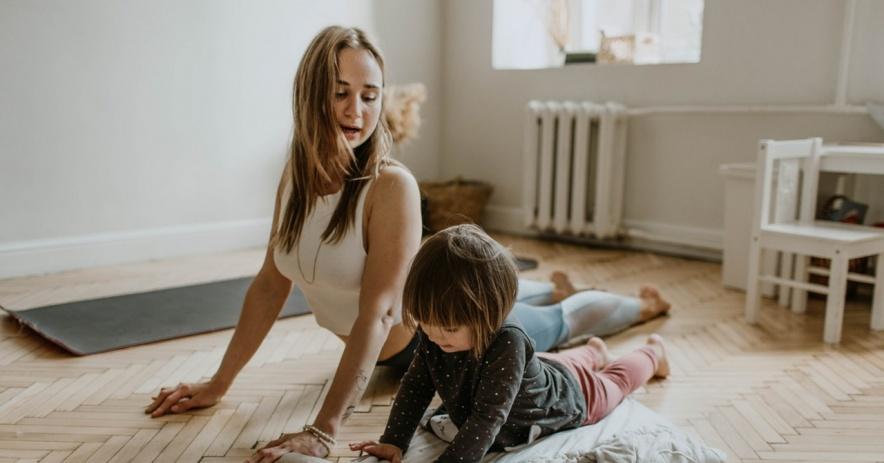 Cha mẹ dạy trẻ cách tập yoga tại nhà.