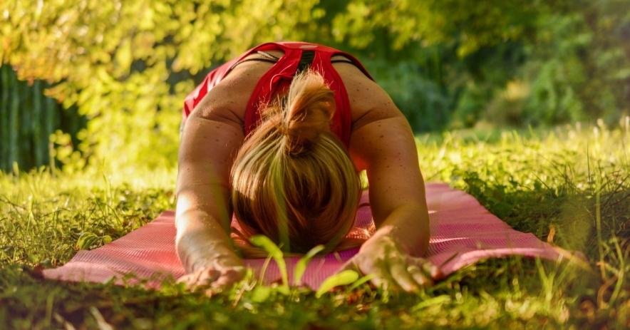Người phụ nữ tập yoga, tư thế trẻ con
