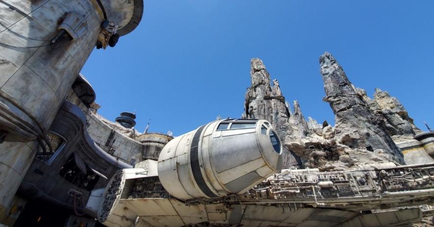 Halcón Milenario y rocas en Star Wars: Galaxy's Edge en Disneyland