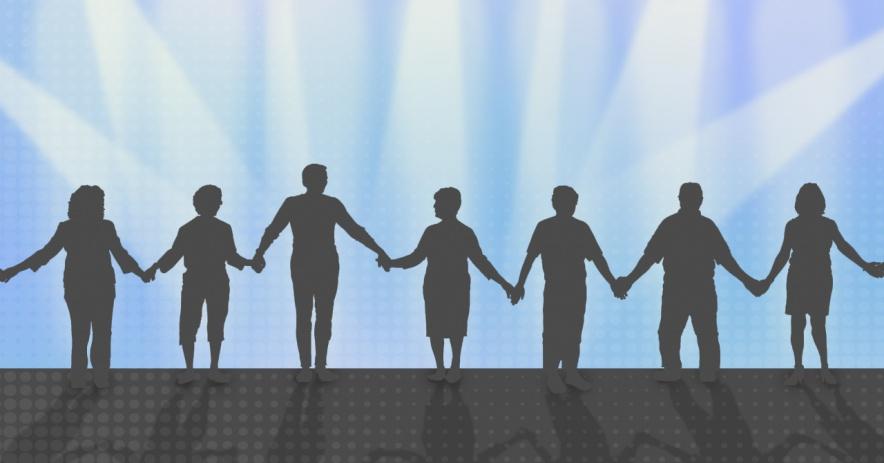 Bóng bảy người nắm tay nhau.