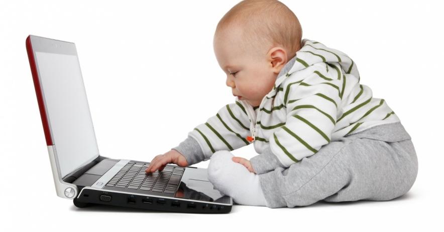 bebé en una computadora portátil