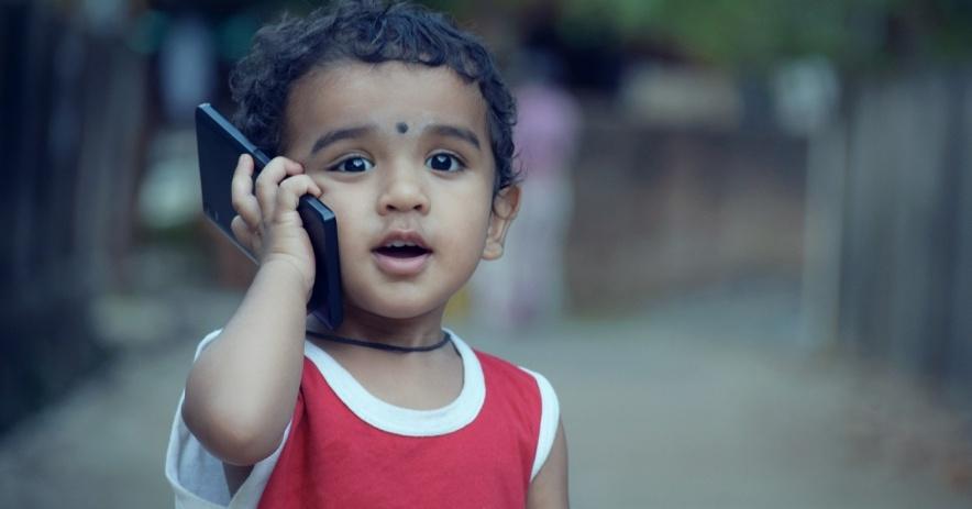 Un joven en un teléfono celular afuera.