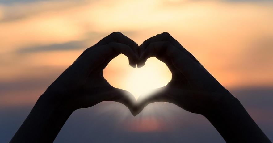 dos manos haciendo forma de corazón