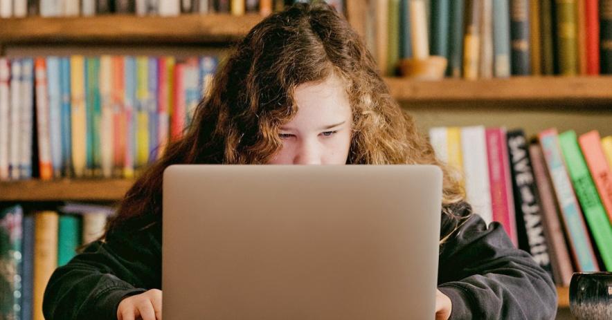 Cô gái tuổi teen sử dụng máy tính xách tay