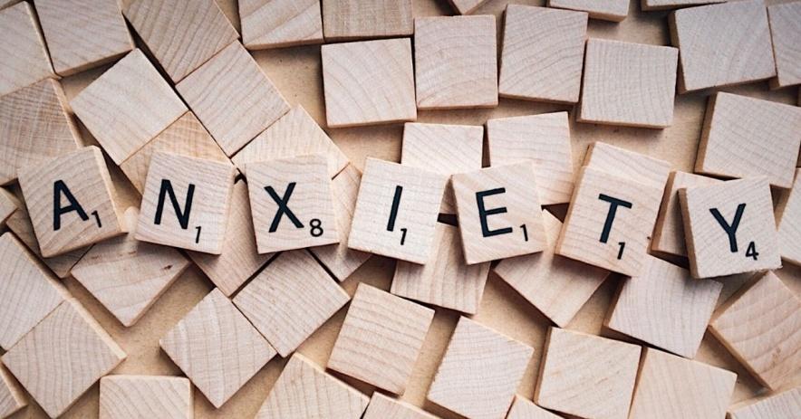 Azulejos de madera que deletrean ansiedad