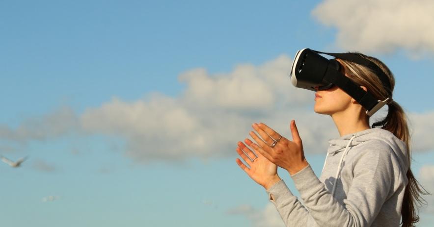 Người phụ nữ đeo kính thực tế ảo