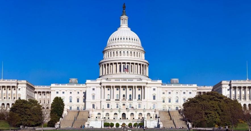 una toma amplia del edificio del capitolio de los Estados Unidos.