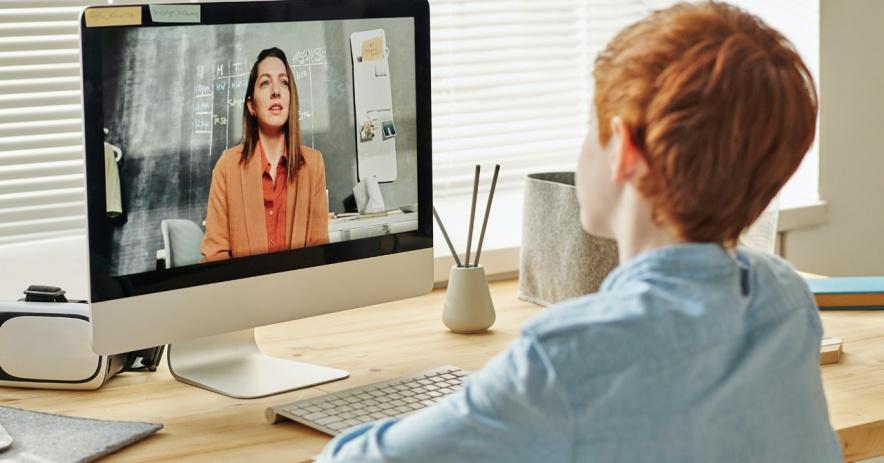 Entrenador de tarea virtual hablando con el estudiante a través de la pantalla de la computadora