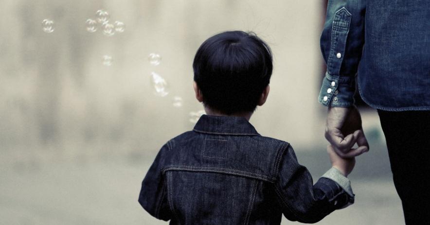niño niño burbujas padre